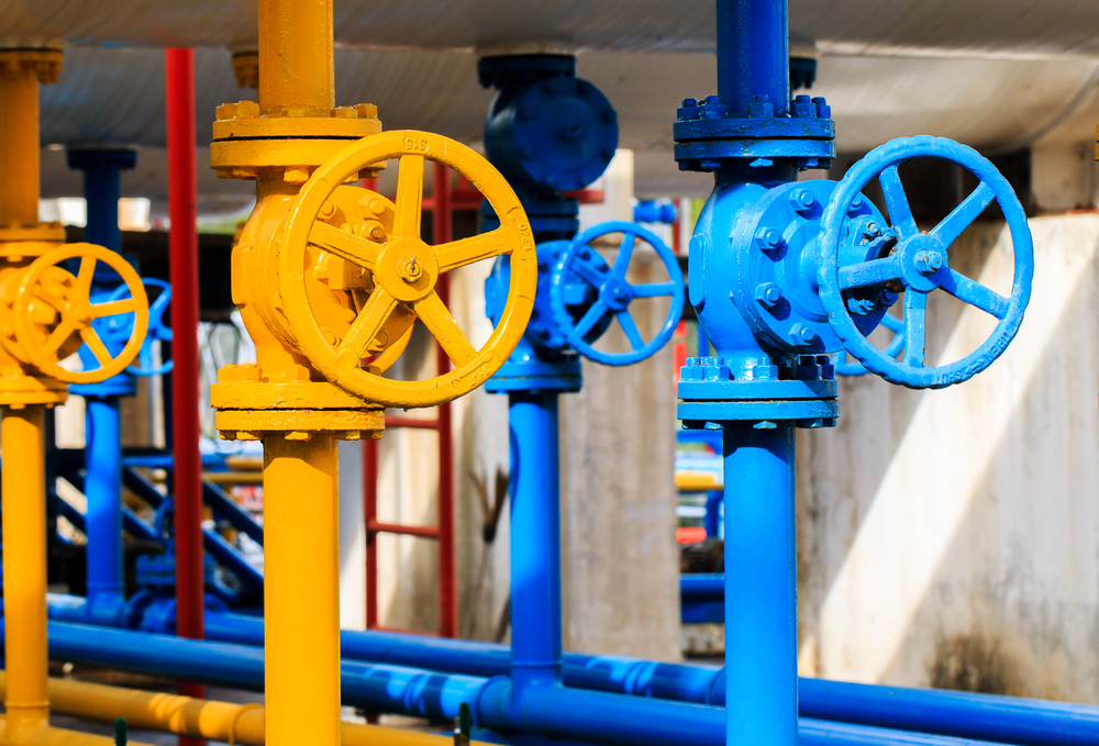 yellow-and-blue-valves-at-gas-plant