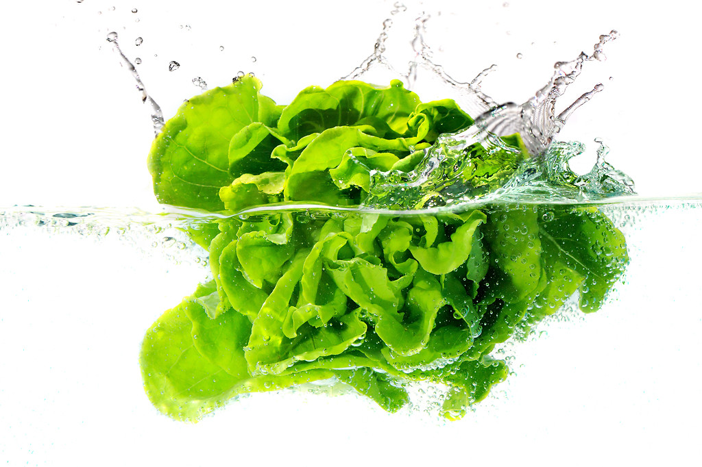 Green salad into water