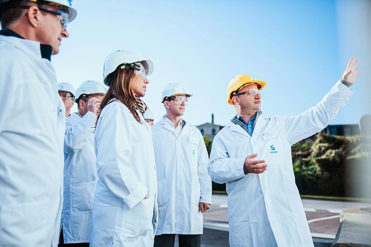 Solvay CEO Ilham Kadri beim Besuch im Solvay-Werk Bernburg
